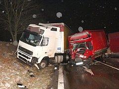 První sníh způsobil problémy na silnicích.
