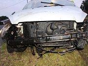 Řidič pod vlivem alkoholu skončil s autem na střeše.