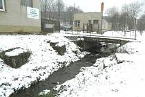 TRAKTORKA. V ose dálnice stojí zemědělská společnost v Městečku Trnávka a rodinné domky okály.