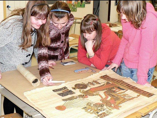 MLADÍ HISTORICI zkoumali papyrové svitky, které jim přivezl František Plíva z Egypta.