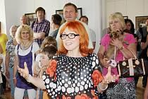 Slavnostní vernisáž zahájila v sobotu výstavu fotografií a olejomaleb Jana Saudka na zámku v Moravské Třebové. Ukázky z díla slavného fotografa a výtvarníka dovezla Libby Kučerová, která vede mistrovu galerii.