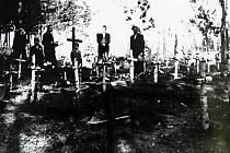 Hroby umučených novorozeňat v okolí dětřichovského porodního tábora. Foto: archiv