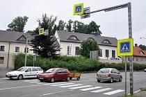 Přechod u světelné křižovatky v Litomyšli není pro chodce moc bezpečný. Právě tady má totiž silnice čtyři pruhy.