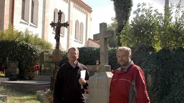 Američan Bruce William Killer (vlevo) našel se starostou Petrem Škvařilem na hřbitově spadlý náhrobek rodiny Killerů.