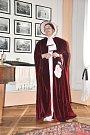 Průvodkyně na hradě Svojanov prochází komnatami v róbách z doby gotiky a empíru.