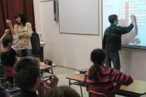 Veřejnost pustili do tříd. Nahlédli, jak žáci sedmých ročníků  ZŠ v Třebařově probírali tvorbu slov. Výrazy zapisovali na interaktivní tabuli.