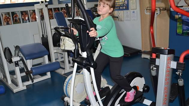 Pohyb je důležitý pro zdravý vývoj dětí. Danuška Rozhonová si stroje vyzkoušela taky.