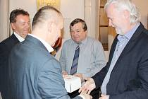 Předseda PKFS Michal Blaschke ocenil spolu s místopředsedou FAČR Romanem Berbrem za dlouholetou práci pro krajský fotbal Antonína Kadlece (bývalého předsedu OFS Svitavy a ORK PKFS) a Ladislava Slezáka, řídícího pracovníka soutěží přípravek.