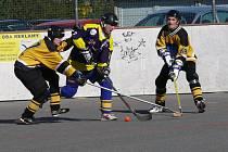 Svitavštíi hokejbalisté (ve světlejším) měli s Prachovicemi mnoho práce, ale nakonec si důležité body připsali.