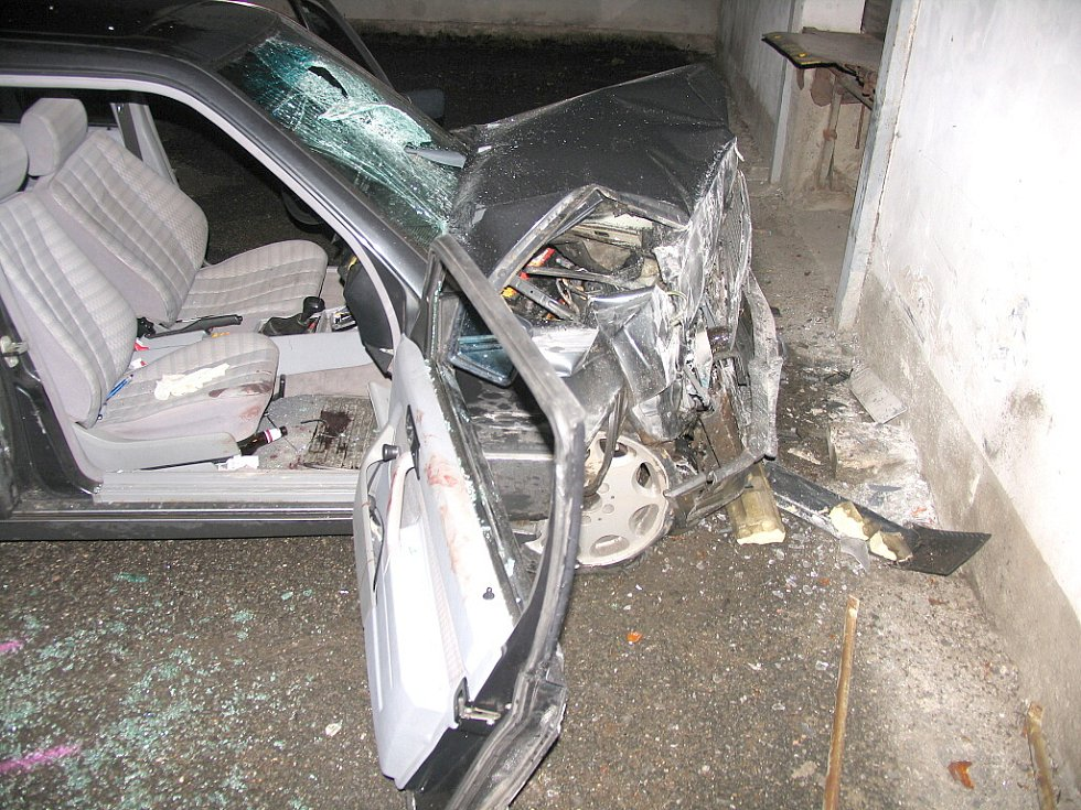 Jízda pod vlivem alkoholu skončila nárazem mercedesu do zdi. 55letý řidič z Ročova se před jízdou posilnil alkoholem a havaroval na okraji Litomyšle. Dechovou zkoušku policisté neprovedli, řidič byl totiž agresivní.