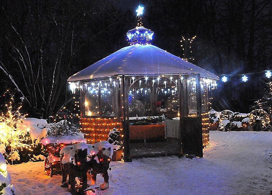 Václav Trunec z Chotovic u Litomyšle rozsvítil na svém domě a zahradě osmnáct a půl tisíce žárovek.
