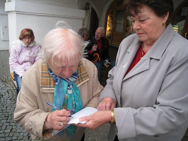 ZA LÉKY A NÁVŠTĚVU LÉKAŘE v pondělí zaplatila 240 korun. Jarmila Sklenaříková z Koclířova. Ráda připojila svůj podpis pod petici, která vyzývá zrušení poplatků.