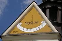 Kopie původních slunečních hodin s nápisem ve švabachu zdobí štít kaple v Pohledech.