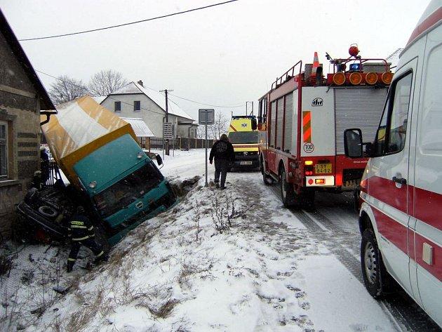 Páteční nehoda nákladního a osobního automobilu v Květné.
