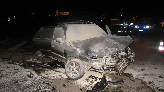 Na křižovatce silnic I/43 a I/35 u Svitav se srazila dvě osobní auta.