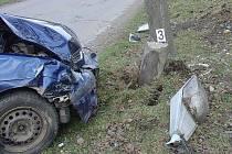 Náraz automobilu do sloupu si nevyžádal zranění.