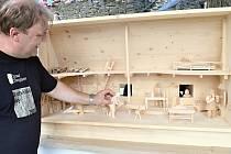 POHYBLIVÁ DÍLNA. Pavel Balcar (na snímku) je jedním ze sedmi řezbářů, kteří se během týdne podíleli na tvorbě mechanického dílna, které bude zdobit hrad Svojanov.