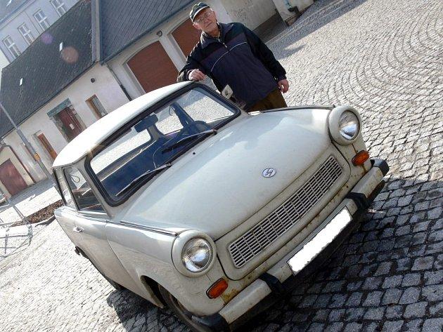 HRDÝ ŘIDIČ. Zbyněk Unčovský je na svého Trabanta, kterému říká Pepík dvě, pyšný. Na tachometru dokáže vytočit až sto deset kilometrů za hodinu.