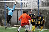 Zápas na umělé trávě hraný za nefotbalových podmínek byl pochopitelně plný osobních soubojů ve středu pole.
