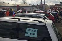 JÍZDA SVOBODY ve Svitavách. K protestní jízdě se připojilo zhruba 25 automobilů.