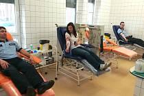 Dvaadvacet policistů z územního odboru se rozhodlo společně darovat krev.