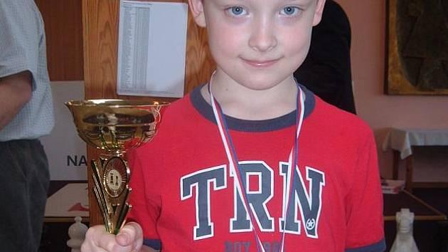 Zlatá medaile na krku Ondřeje Švandy. Poličský mladíček neprohrál na své pouti k mistrovskému titulu ani jedinou partii.