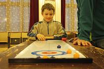 Malý curling. V Litomyšli jste nemuseli mít ani velké kameny a smetáček, abyste si vyzkoušeli sport, v němž dominuje třeba Kanada.