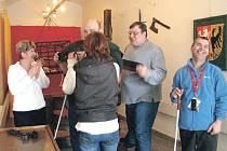 Na výstavu Branou muzea do středověku mohou také nevidomí.