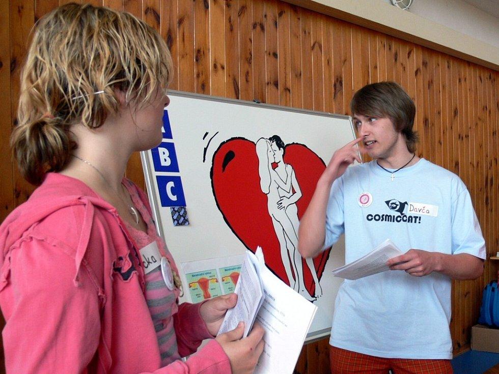 Studenti se učili, jak se chránit před nákazou AIDS a nechtěnému těhotenství.