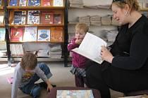 Maminka Monika  Čuhelová  ze Svitav pěstuje ve svých dětech lásku ke knížkám už od velmi raného dětství.