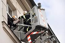 Hasiči likvidovali cvičný požár včetně evakuace na policejní stanici.