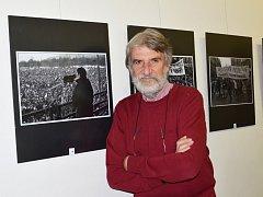 PAVEL VÁCHA. Autentické záběry z období sametové revoluce jsou k vidění v poličské knihovně. Vracejí lidem vzpomínky. A o to fotografovi jde. Lidé podle něho nemají zapomínat.