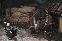 K požáru domu se stodolou v Jarošově vyjelo v neděli  deset hasičských jednotek.