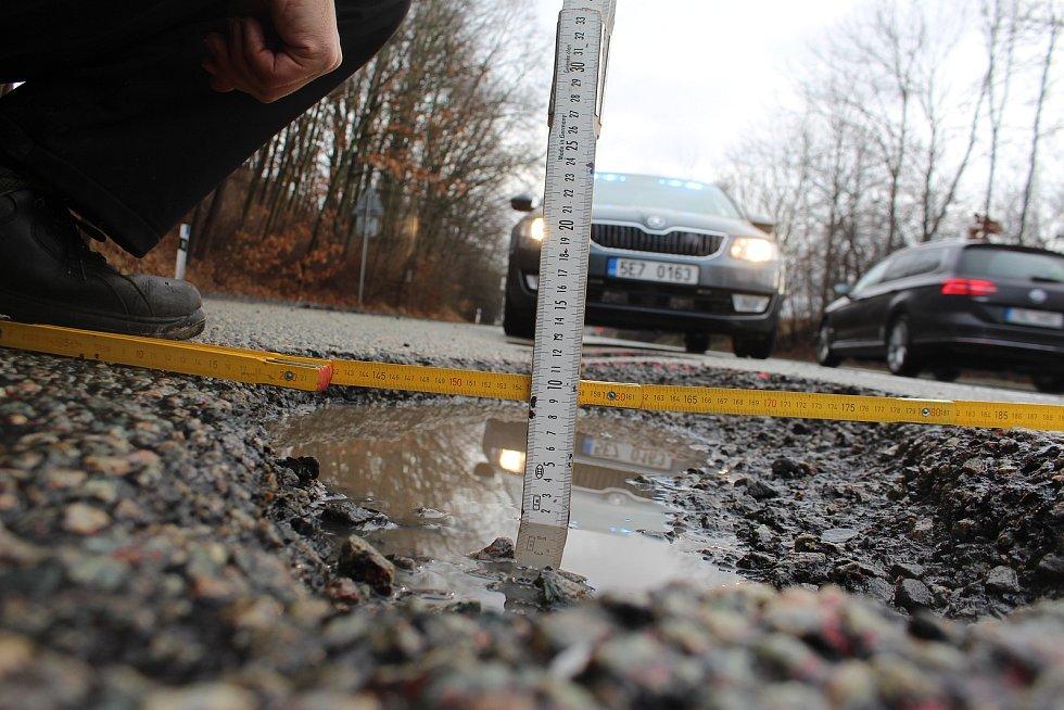 """HLUBOKÉ výmoly, zničené pneu a rozbitá auta čekající na krajnici na odtah. Takový obrázek nabízí """"pětatřicítka"""" mezi Vysokým Mýtem a Moravskou Třebovou od konce ledna. Do věci se už kvůli laxnosti ŘSD vložila Policie ČR."""