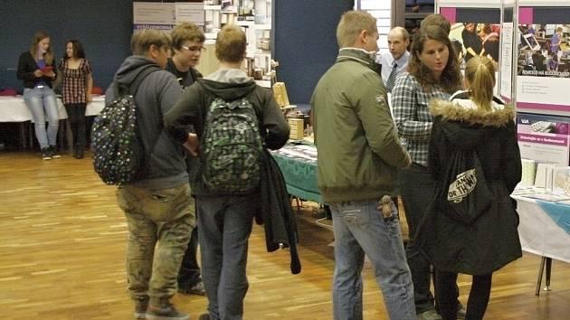 Návštěvníci se mohli zástupců škol zeptat podrobnosti týkající se studia.