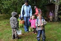 Lesní klub pro děti působí v Kukli. Je to alternativa předškolního vzdělávání.  Kluci a holky mají možnost být většinu času v přírodě za jakéhokoliv počasí. Děti se učí i poznávat přírodu.