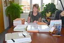 Stohy papírů doslova zavalily stůl Mileny Holasové na úřadě v Litomyšli.  Kandidátky do obecních voleb se jí sešly ze všech pětatřiceti obcí na Litomyšlsku.
