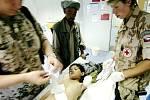 Zaříkadlo nezabralo. Chlapce, který si při pádu z osla zlomil ruku, přivedli rodiče nejprve k místnímu mulláhovi, který je ujistil, že vše bude dobré. O pár dní později museli lékaři v nemocnici ve Fajzabádu chlapci ruku amputovat