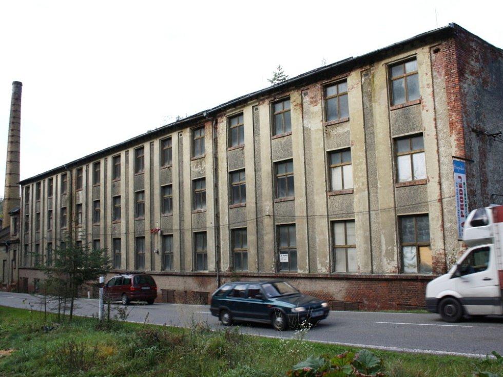 Obyvatele Rozhraní nadzvedly fámy. V bývalém skladu textilu by měla vzniknout ubytovna pro romské rodiny z jihu Moravy.  Majitelé  objektu však tuto verzi  vyvrací.
