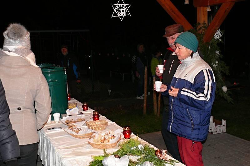 NA ŠKOLNÍ ZAHRADĚ se sešli lidé ve čtvrtek v Morašicích, aby si zkrátili čekání na Vánoce.