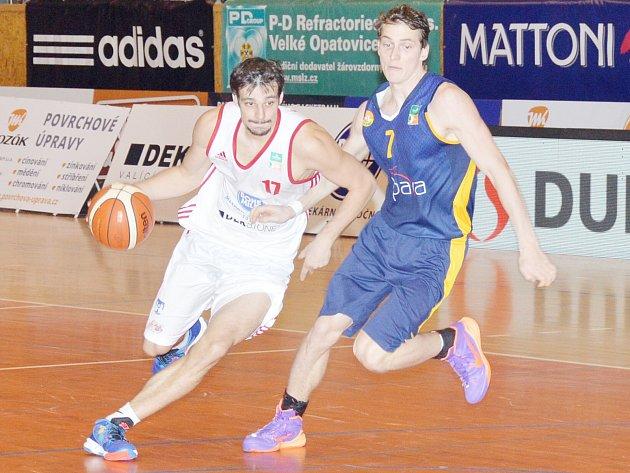Osm bodů v řadě trefil v poslední čtvrtině svitavský Jan Špaček (17) a na jeho střeleckou explozi soupeř neodpověděl.