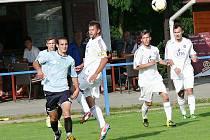 Z utkání Cerekvice (v bílém) vs. Řečany (2:3).