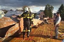 Větrná bouře Mortimer poškodila střechu sportovní haly Gymnázia Polička.