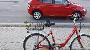 Neviděli jste střet řidiče auta a ženy na bicyklu?