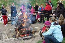 OPÉKÁNÍM ŠPEKÁČKŮ vyvrcholil čarodějnický slet ve Svitavách. V neděli i  v areálu na Cihelně upálili čarodějnici.