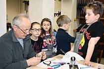 Sklář Vladimír Gracias jezdí do muzea dělat workshopy pravidelně. Děti se zaujetím pozorují, jak vzniká vitráž.