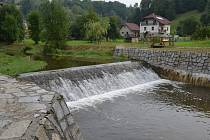 Hráz rybníka ve Svojanově opravili dělníci i s pomocí těžké techniky.  V příjemném prostředí mezi stromy často hledají odpočinek i turisté.