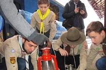 Moravskotřebovští skauti si pro Betlémské světlo přijeli na svitavské vlakové nádraží.