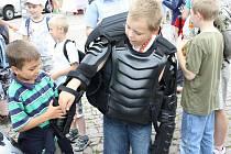 Na moravskotřebovském náměstí si všichni mohli vyzkoušet výstroj pořádkové jednotky policie. Lékař záchranné služby vysvětloval, jaká technika je v sanitním voze. Vojáci sklidili úspěch s ukázkou bojových sportů.