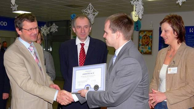 CERTIFIKÁT.  Dva roky práce stojí za akreditací.   Ředitel Pavel Havíř (vlevo) převzal certifikát  od Františka Vlčka.   Lidé doufají,  že se péče v  nemocnici výrazně zlepší.